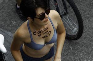 墨西哥举行裸骑自行车 抗议汽车排放