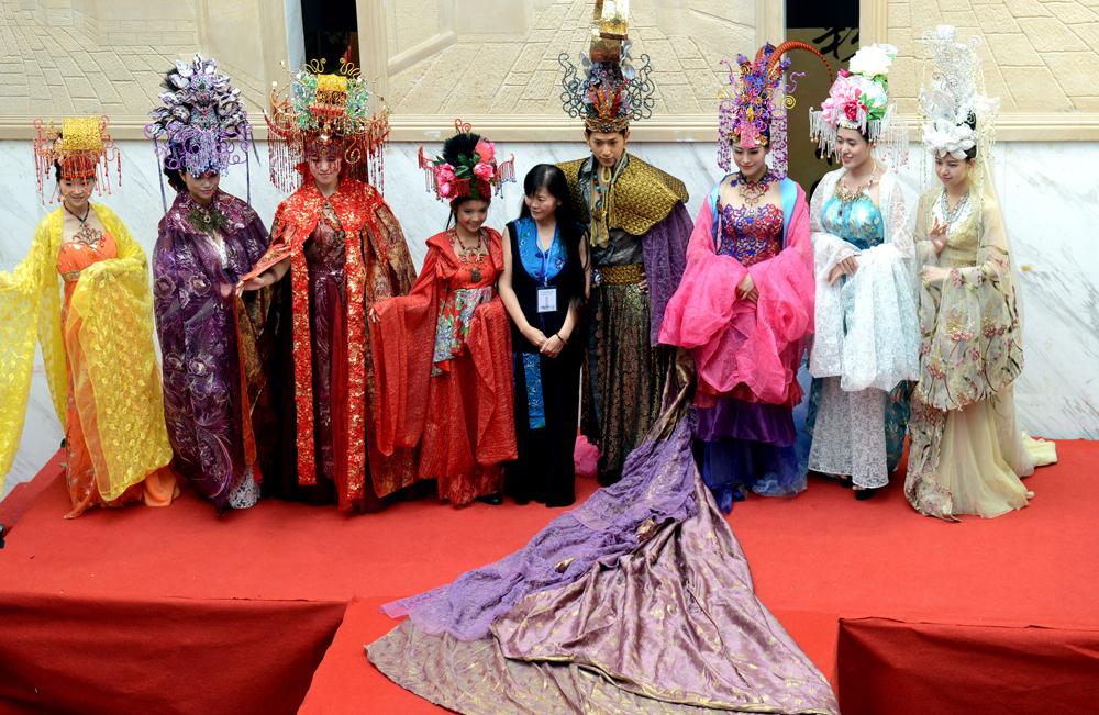 模特正展示由台南兴国学院服装模特与展演系主任吴亮仪设计的《信仰