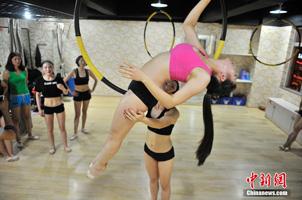 爱美女性健身新时尚:吊环舞
