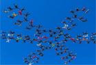 119人牽手跳傘創世界紀錄