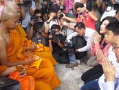 泰国前总理英拉赴寺院放生3000只鸟 庆祝48岁生日