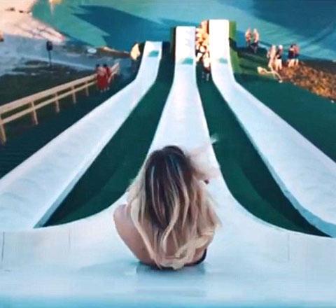 """疯狂一""""夏"""" 来德克萨斯玩转滑梯上的湿身诱惑"""