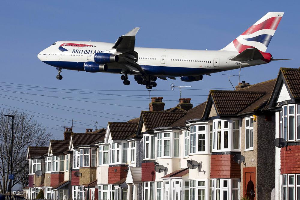 图:一架飞机准备降落希思罗机场法新社