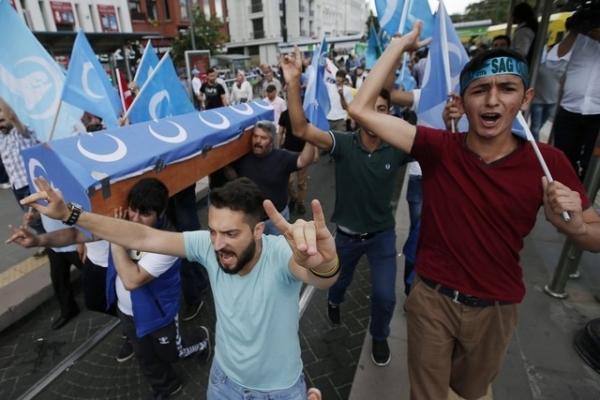 中国不满土耳其接收偷渡维族人 土耳其爆反华示威