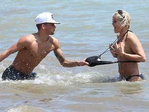 真会玩!41岁女星遭20岁小男友当众扯泳衣 紧捂胸部狂追