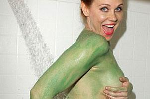 哈登前女友当着镜头洗澡 裸体涂绿哈哈乐