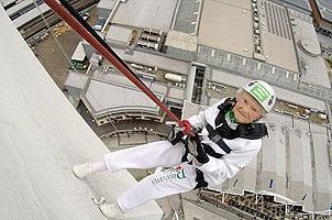 101岁老太挑战170米高空绳降