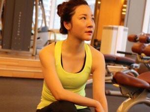 央视财经女主播章艳晒健身照 穿紧身背心秀好身材