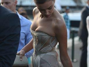 伊莲娜亮相小李子慈善宴 胸部遭礼服挤压显尴尬
