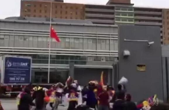 數十名藏獨支持者闖中國駐悉尼領事館 降中國國旗