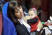 阿根廷女议员在议会上公开喂乳