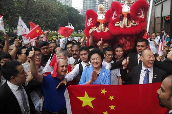国务院副总理刘延东和当地庆祝人群分享喜悦