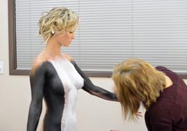 超模人体彩绘现场一幕
