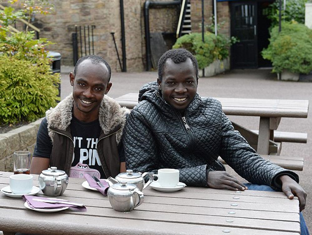 住酒店免费食宿还有零花钱 非洲难民抵英好快活图片