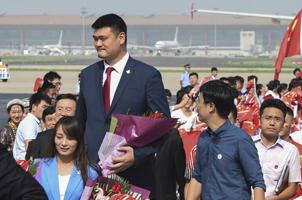 北京申冬奥代表团凯旋 群众鲜花迎接