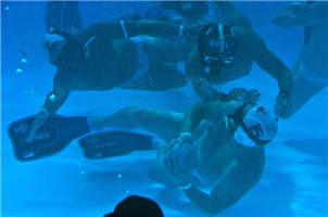 炫酷!水下橄榄球世锦赛