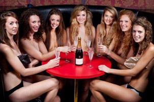 女篮球队员为筹经费拍全裸写真