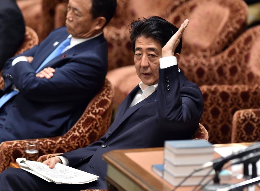 日本�z%�_图:日本首相安倍晋三7日在国会辩论上举手要求发言\\法新社