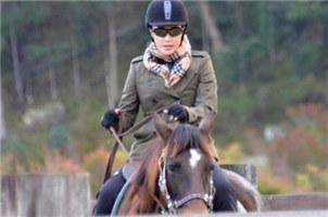 别人是花甲 她还在骑马