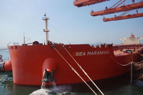 大连港40万吨矿石专用泊位试投产