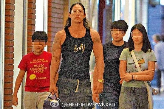蒋介石曾孙蒋友柏与儿女现身街头 留长发变肌肉男(图)