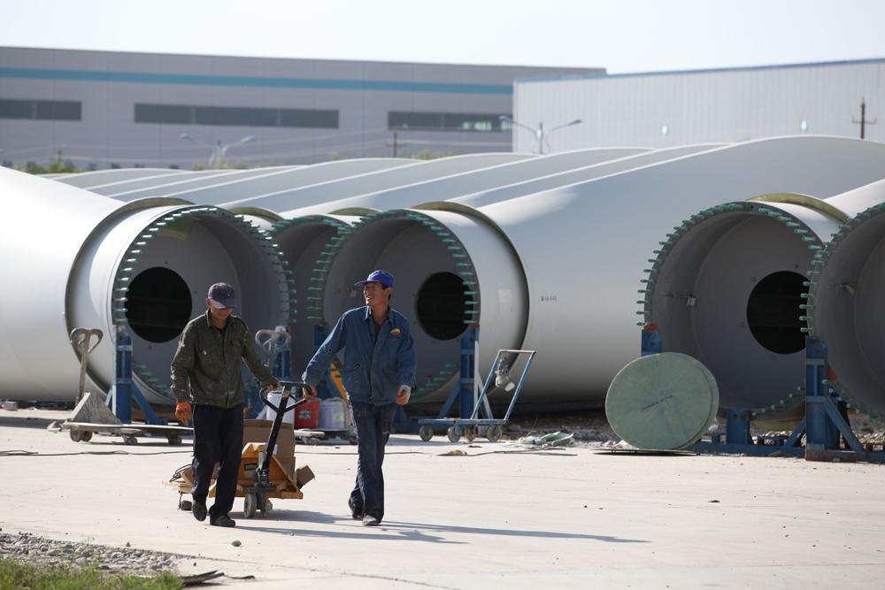 图:已经出厂的风电机组叶片等待启运   【大公报讯】全国首个千万千瓦级风电基地在酒泉开工建设后,新能源和新能源装备製造业已成为当地首位产业。   近年酒泉国家级经济技术开发区,大力引进配套新能源装备製造业,初步形成了生产规模大、配套能力强的新能源装备製造产业体系,已成为全国最大的新能源装备生产基地。   酒泉市现具备年产600万千瓦风电设备、400兆瓦光伏电池组件和1000兆瓦光伏逆变器生产能力,2013年、2014年连续2年,新能源装备製造业产值都达到了250亿元以上。   酒泉?