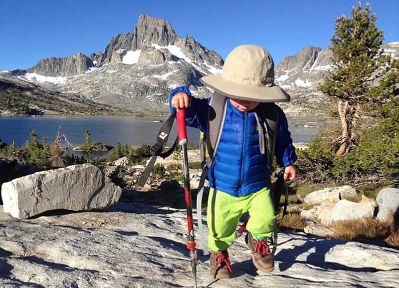 2岁男孩随父母徒步480公里