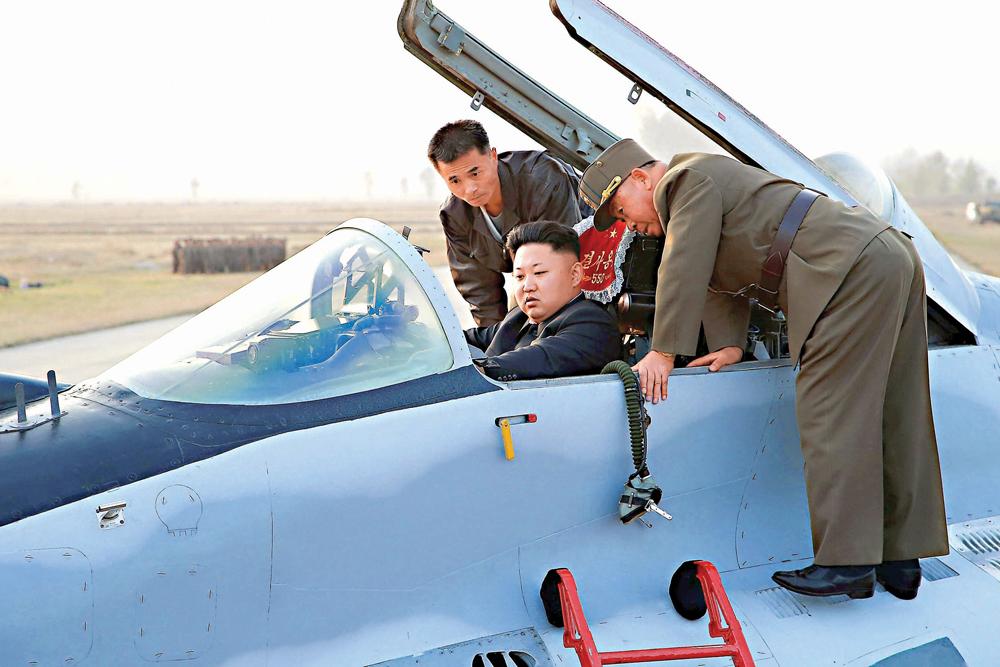 图:去年10月,朝鲜领导人金正恩(中)试驾朝鲜空军的小型飞机/路透社   【大公报讯】据路透社报道:朝鲜现任领导人金正恩喜欢坐飞机出行。卫星图像显示,该国修建一系列轻型飞机跑道,以供停放在金正恩官邸附近的专机使用。   根据美国约翰.霍普金斯大学美韩研究院专家梅尔文确认的卫星图像,朝鲜修建金正恩专用飞机跑道的项目始于2014年,部分项目已于上月完工。   这些跑道位于金氏家族官邸附近,旁边就是金正日曾使用的专用火车站。梅尔文说。   五条新建的跑道中,有一条坐落在金正恩元山官邸附近,建在一个直升机