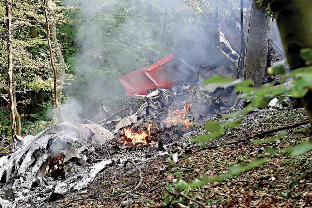 图:坠毁飞机的残骸在斯洛伐克维尼卡门村附近的一处树林里燃烧