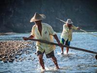 龙虎山泸溪河上的筏工