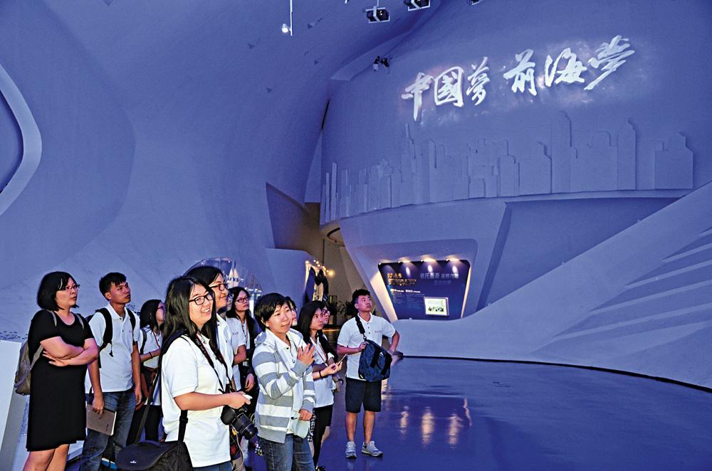 图:学生参观前海展示厅