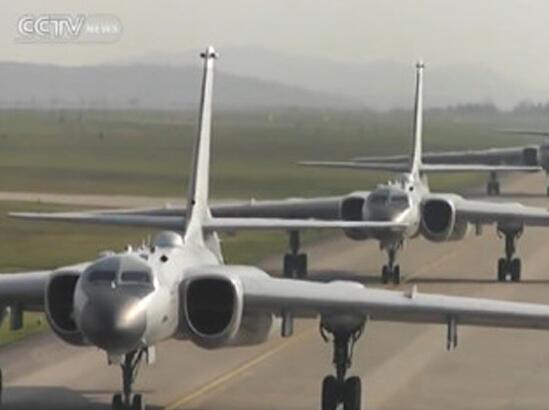 国产新型轰炸机编队亮相