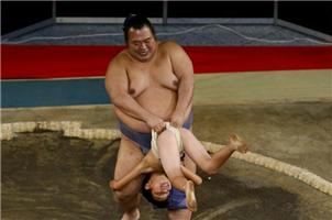 日本小朋友挑战专业相扑手