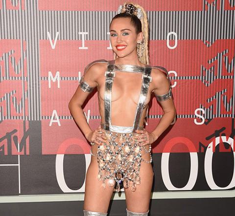 麥莉綁帶裝出席MTV音樂獎玩出位