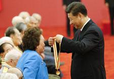 習近平頒發中國人民抗日戰爭勝利70週年紀念章