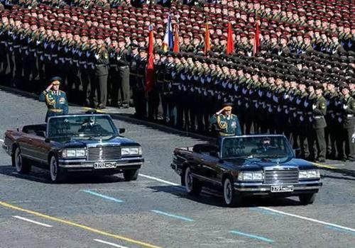 各国阅兵时元首都坐什么车?