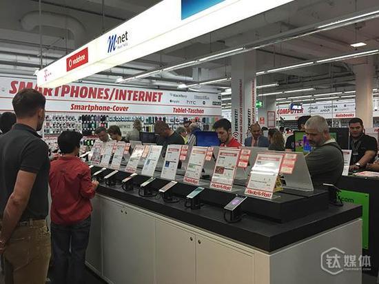 (钛媒体注:早上10点半左右,Media Markt 门店内已经涌进大批人群选购电子产品)
