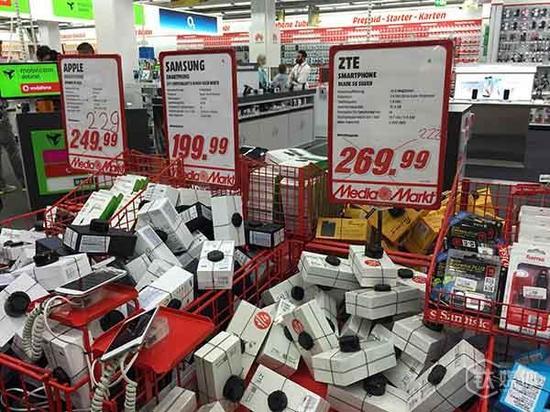 (钛媒体注:Media Markt店内显著位置摆放的降价以及大众机型,价位在200欧元左右)