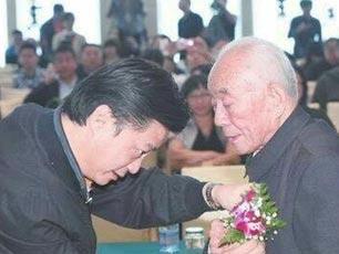 崔永元致敬抗战老兵:向他们致以最崇高的敬礼