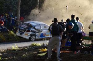赛车失控撞入人群一幕