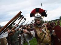英国历史爱好者重现古罗马士兵生活战事