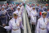 中国仪仗队女兵雨中亮相莫斯科