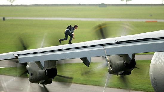 汤姆克鲁斯《碟中谍5》无替身特效爬飞机