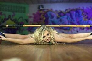 轮滑女王,劈叉过低杆能滑3米多