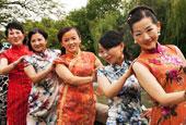 蘇州山塘老街上演旗袍秀引圍觀