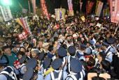 日本上万民众包围日本国会一幕