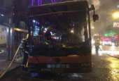 杭州鬧市區一公交車起火 致9人受傷車體成空架