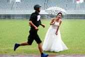 特警大喜之日參加比武 新娘穿婚紗雨中加油