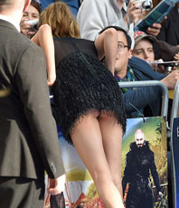 23歲女星超短裙出席電影首映禮 被拍露臀尷尬一幕