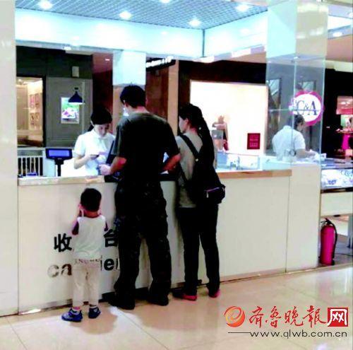 在省城一家商场,收 银员正在工作。 齐鲁晚报记者陈玮摄